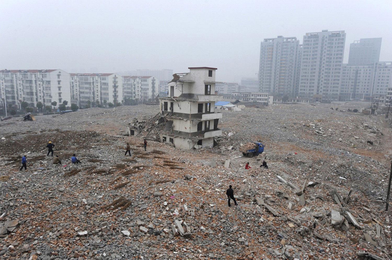 Полуразрушенный дом - достопримечательность Китая, фото