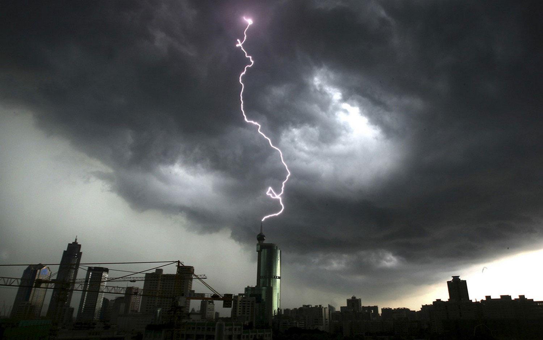 молния над китайскими сооружениями, фото