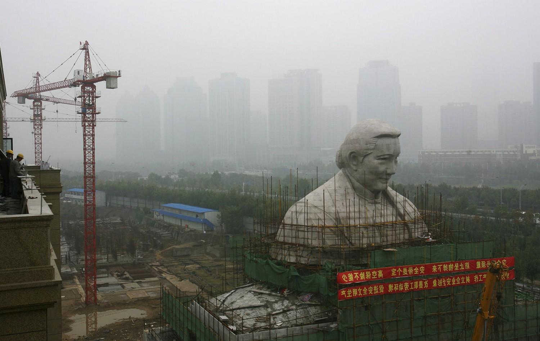 архитектурная статуя в центре Китая, фото