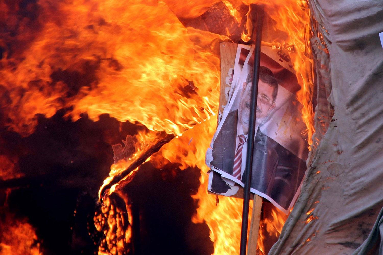 фото Мухаммеда Мурси в огне