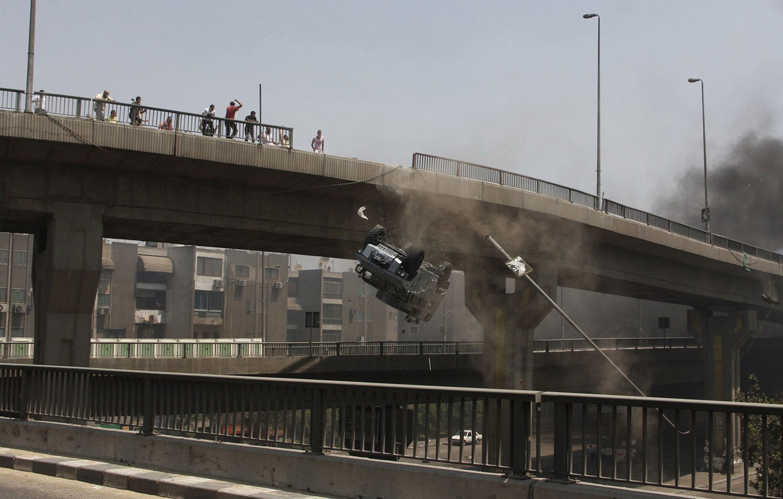 машина летит с моста