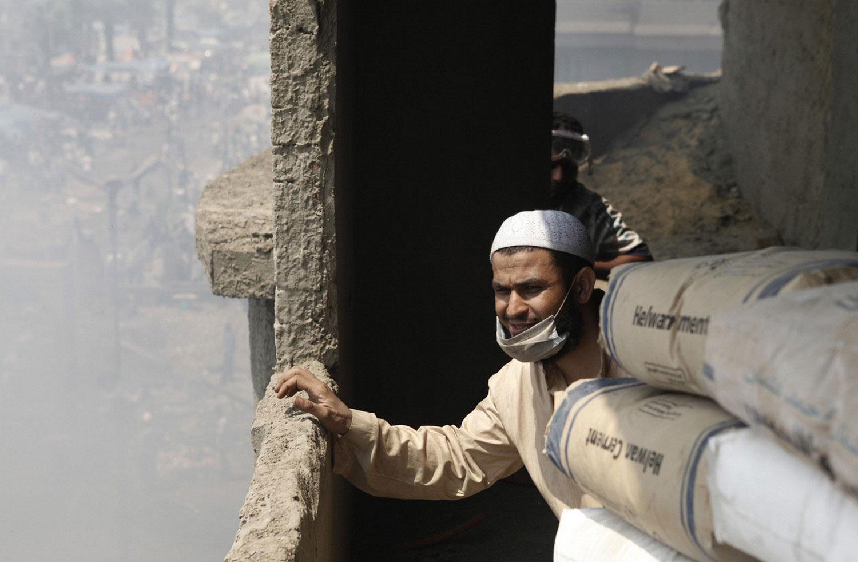 мужчина прячется на стройке