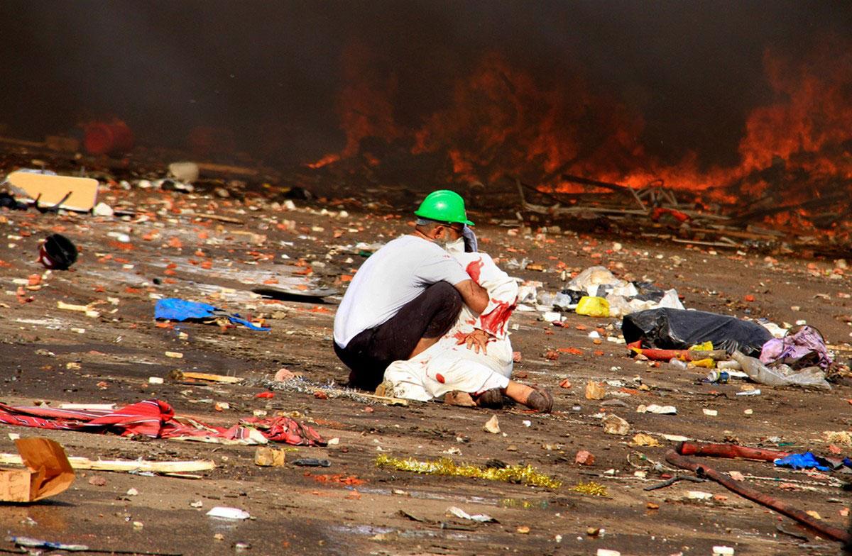 раненый человек среди мусора