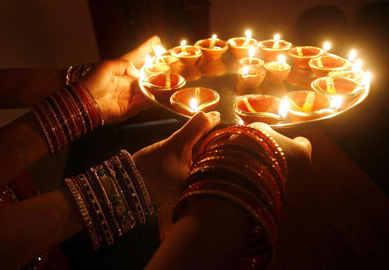 поднос с земляными лампами на Дивали