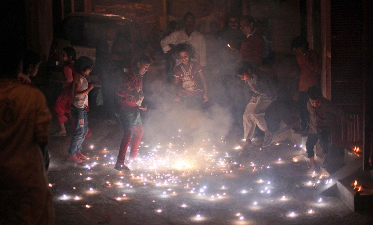 игры с фейерверками во время Дивали в Индии