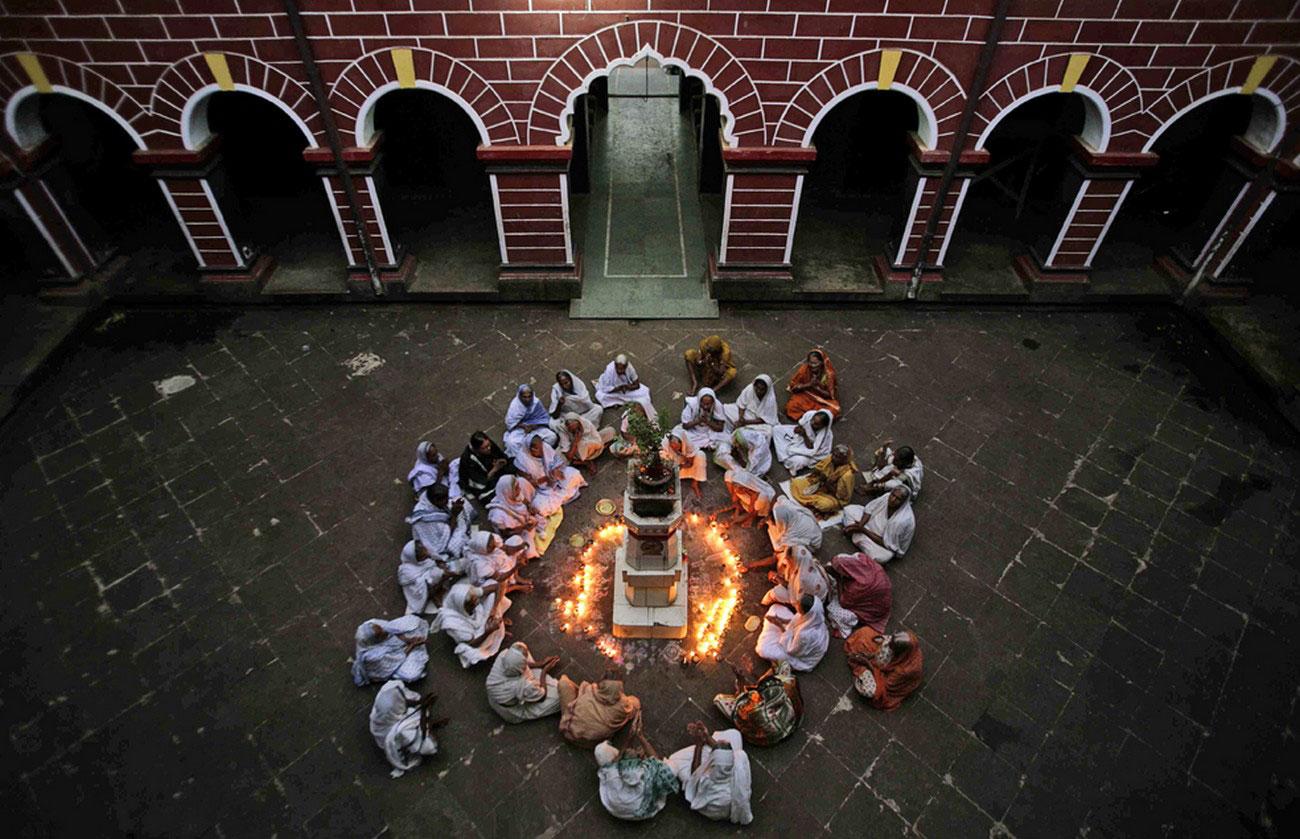в свете масляных ламп в Индии