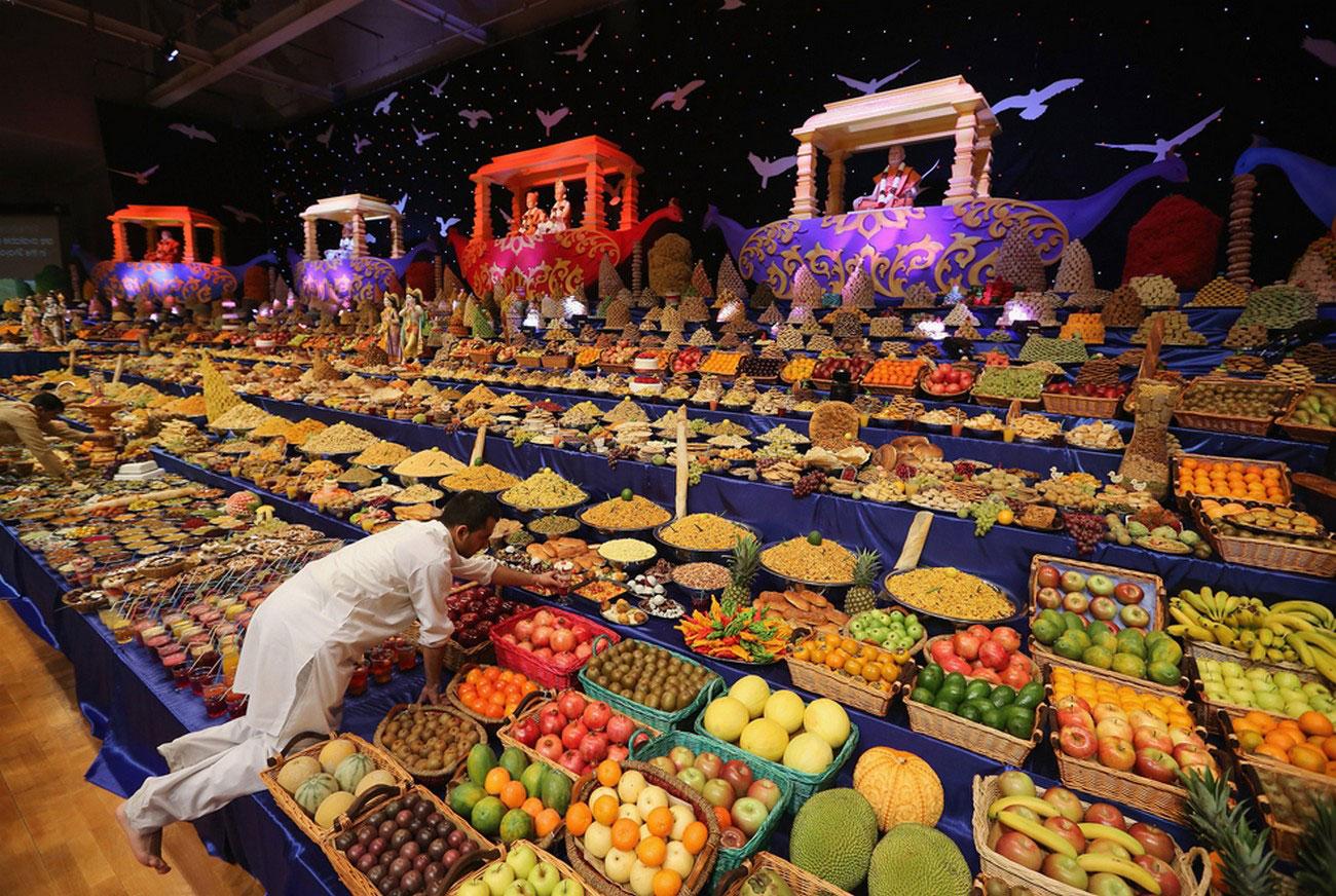 монахи в индуизме празднуют Дивали