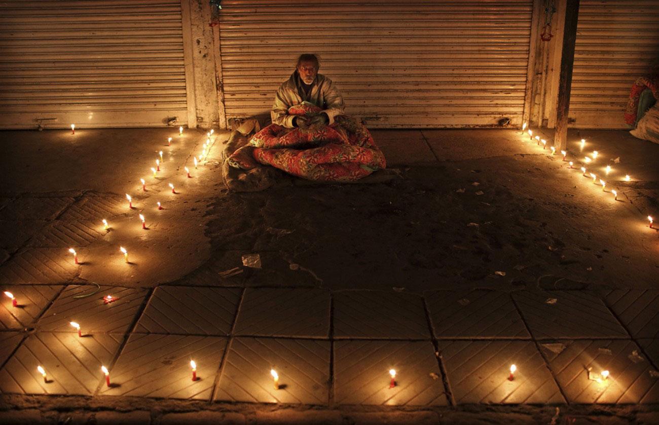 Бездомный индийский мужчина на фестивали Дивали