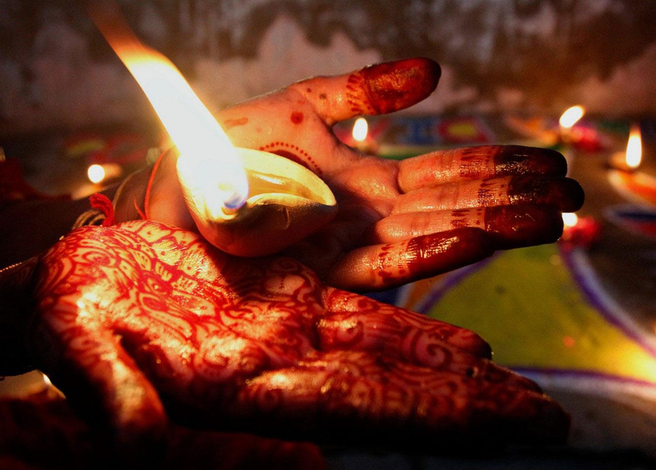 девочка с индуистской земляной лампой