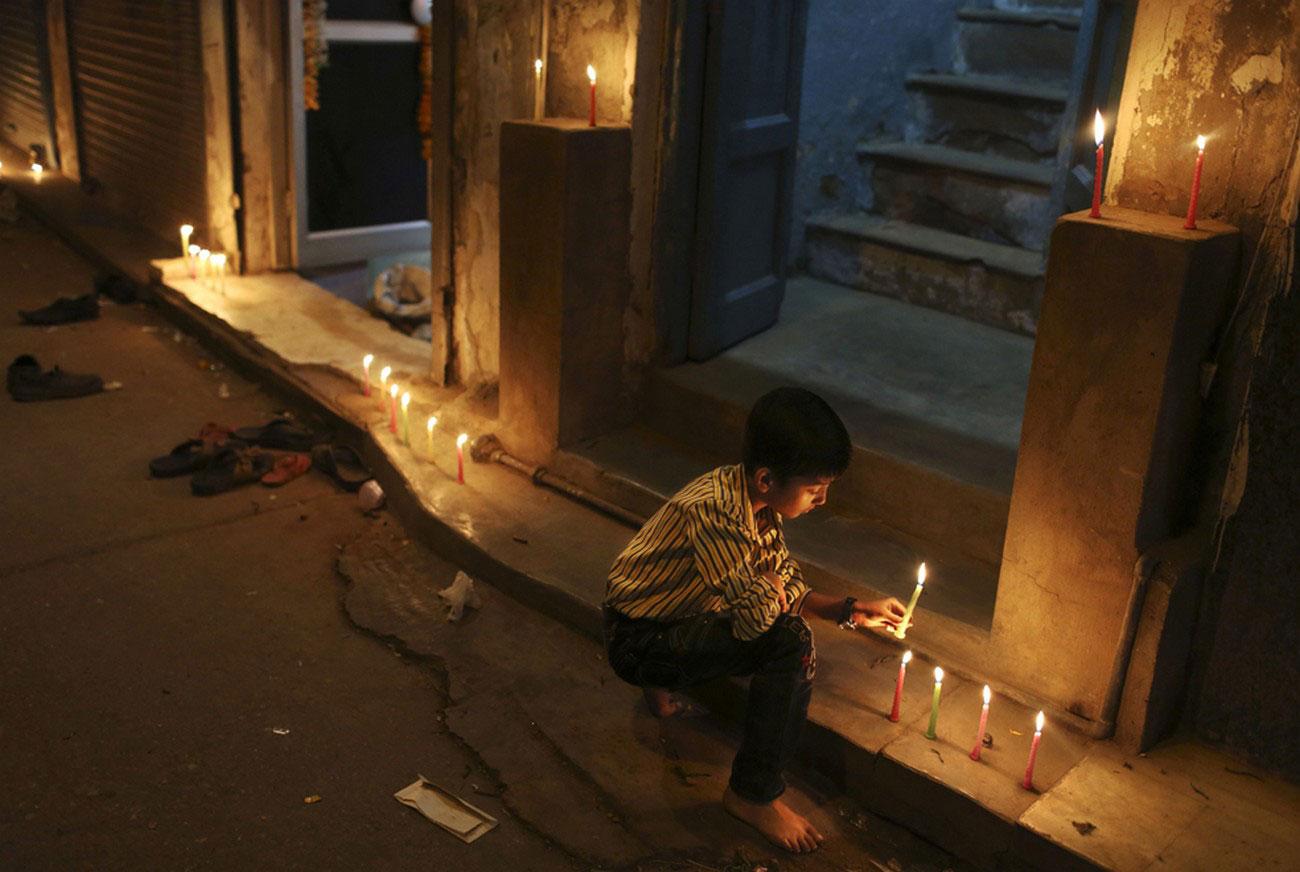 мальчик зажигает свечи, фото
