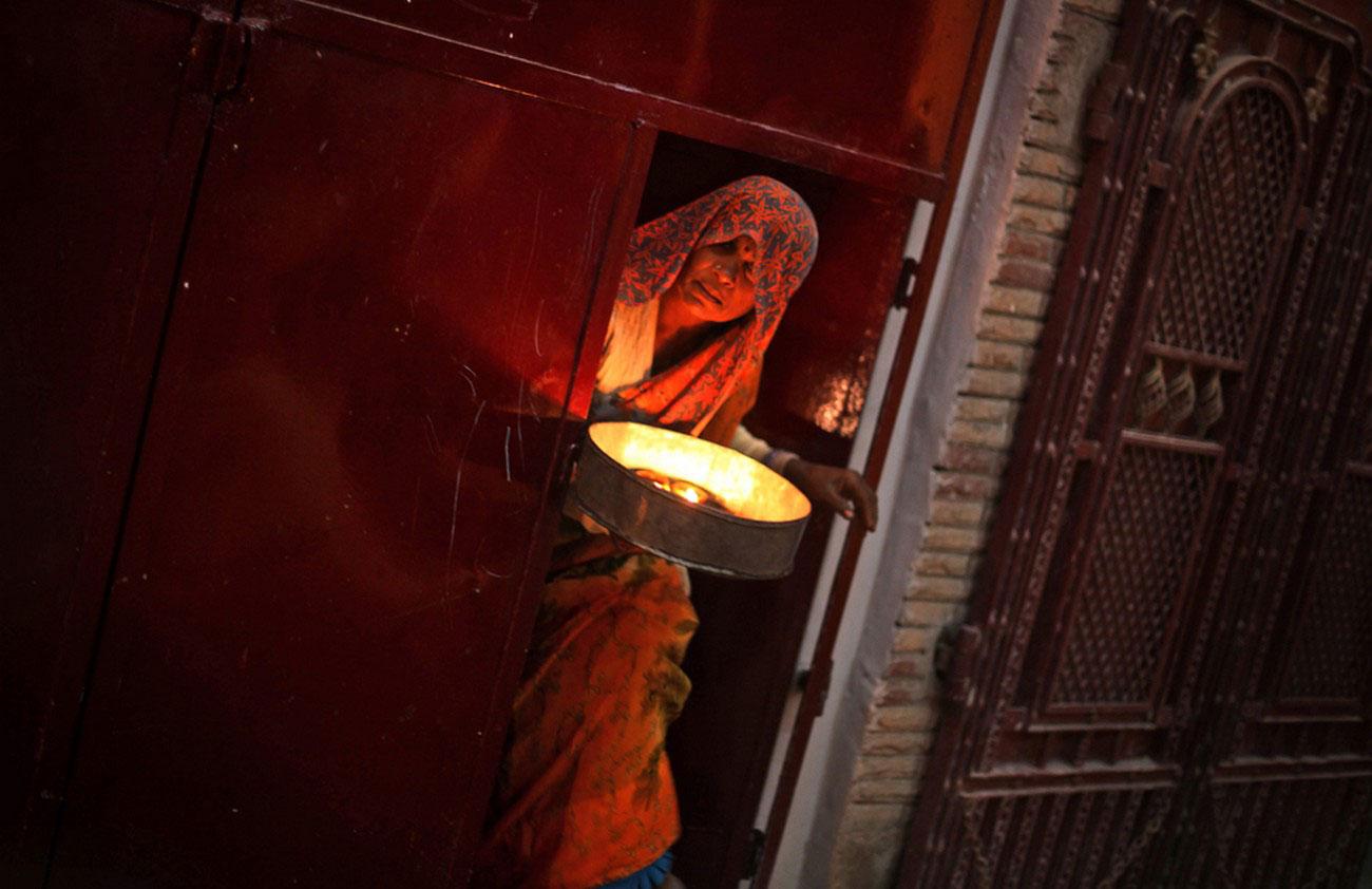 емкость с земляными лампами в Индии