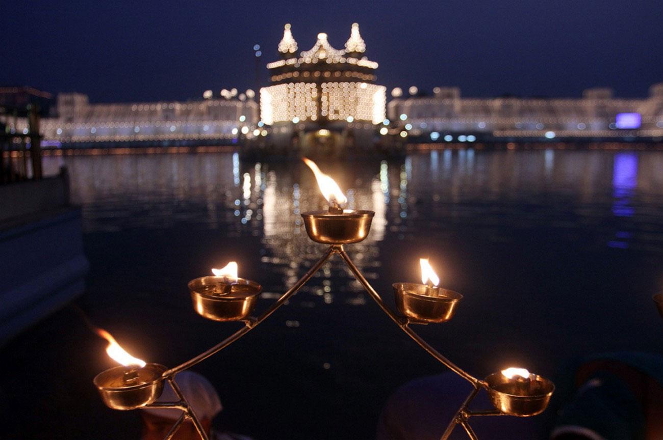 Лампы на пруду у храма, фото