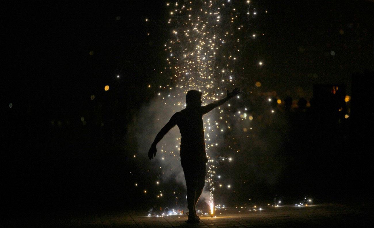 петарды на фестивале огней в Мумбаи
