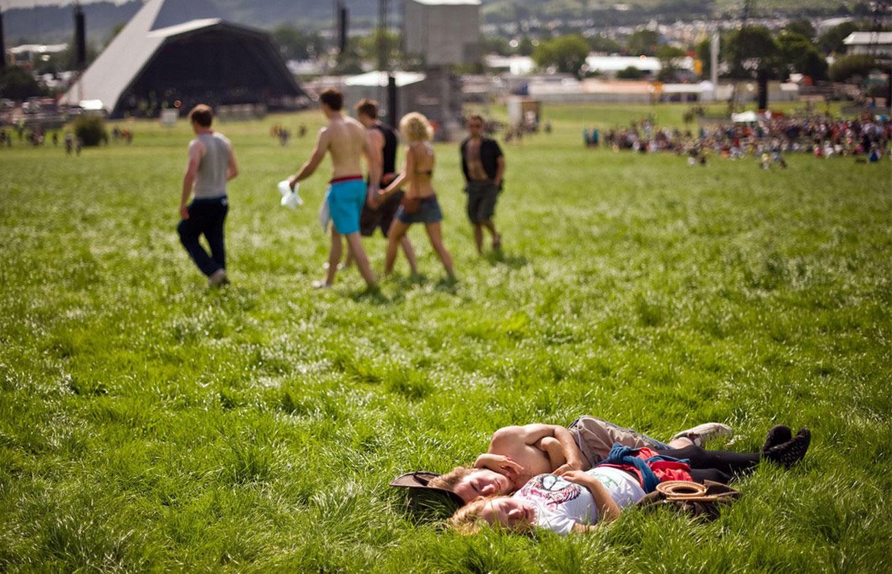 отдых на траве во время фестиваля