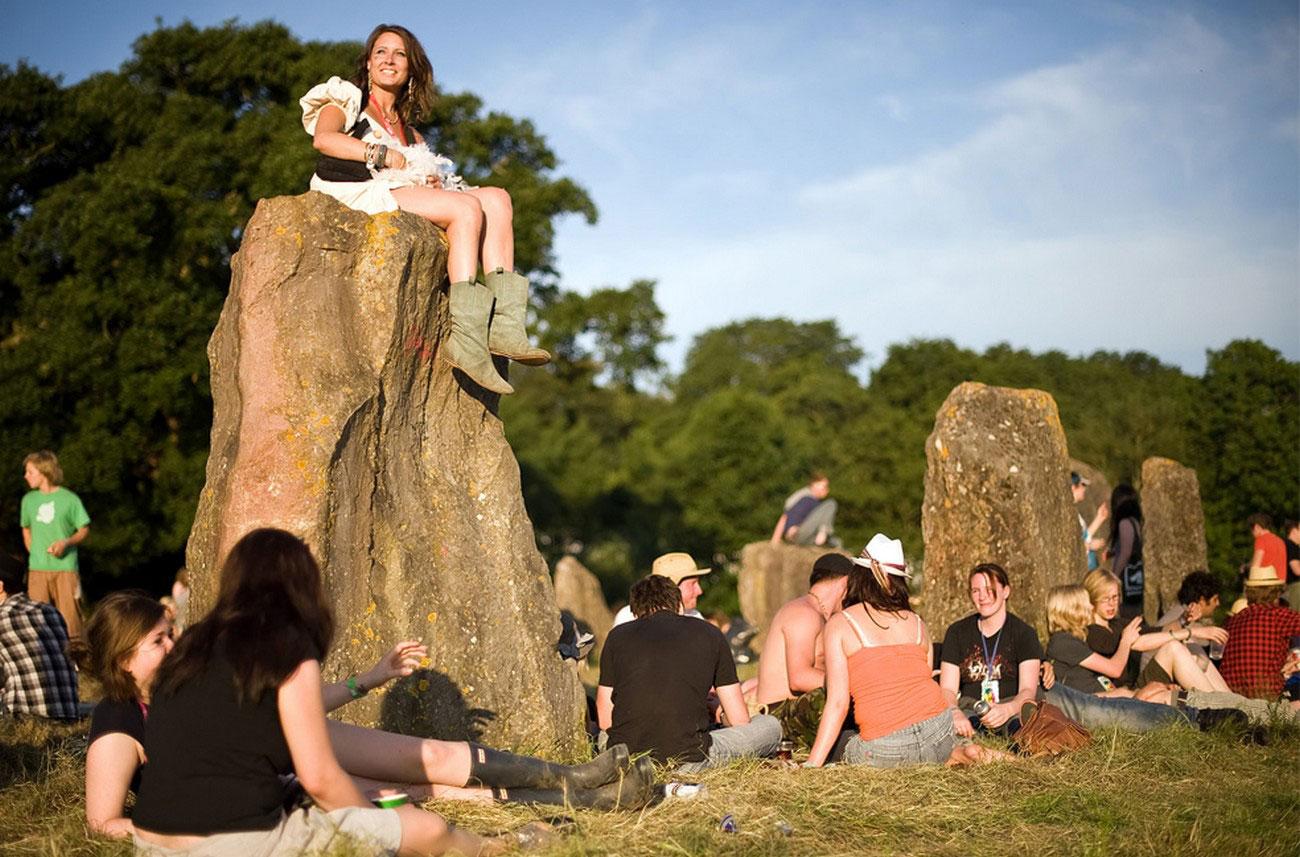 Участники фестиваля наслаждаются вечерним солнышком