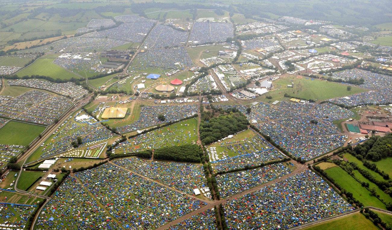 место проведения ежегодного фестиваля Гластонбери