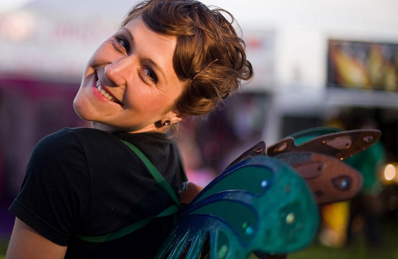Девушка в костюме на фестивале