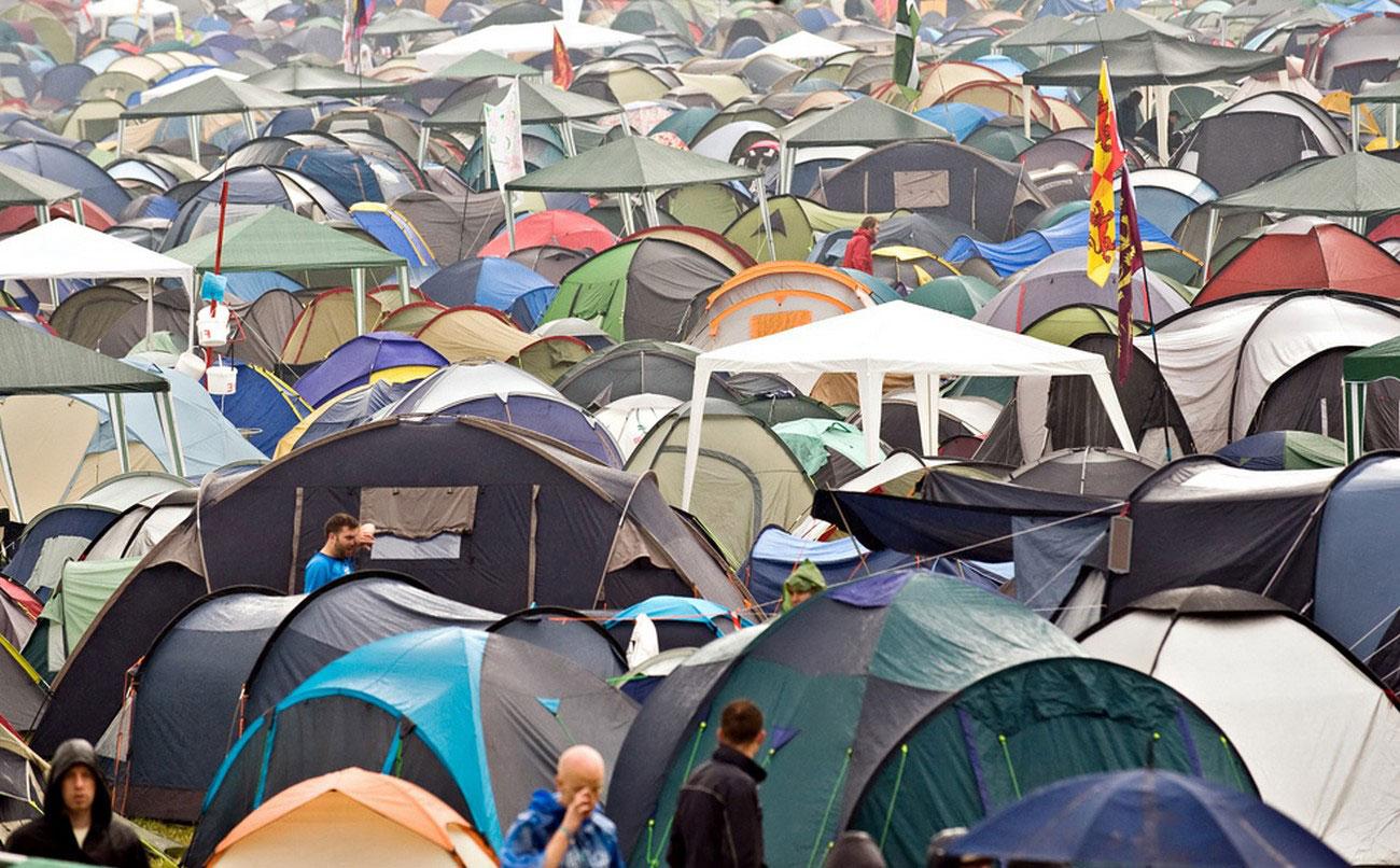 мокрые палатки в Гластонбери, фото