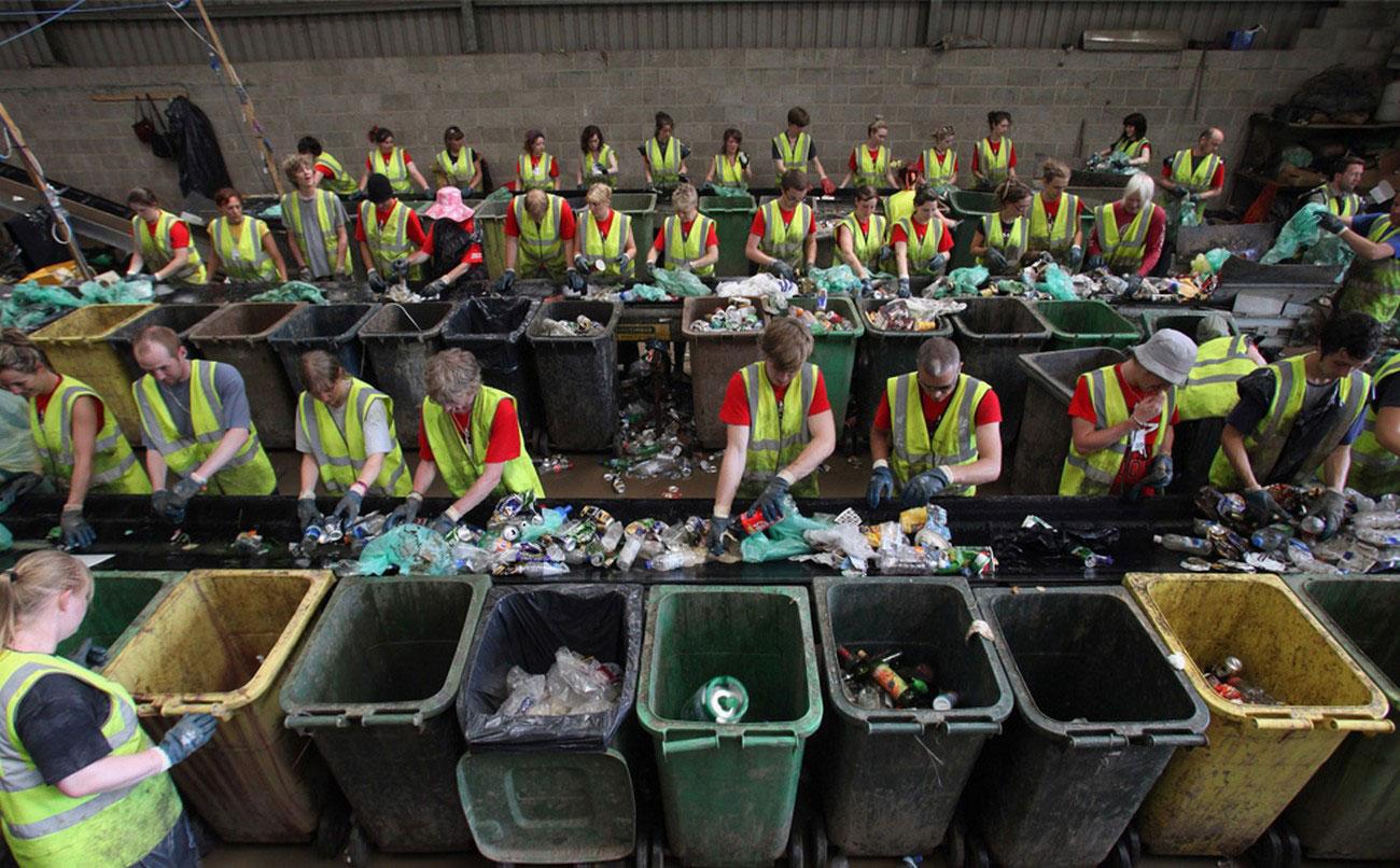 Добровольцы сортируют мусор для утилизации, Гластонбери