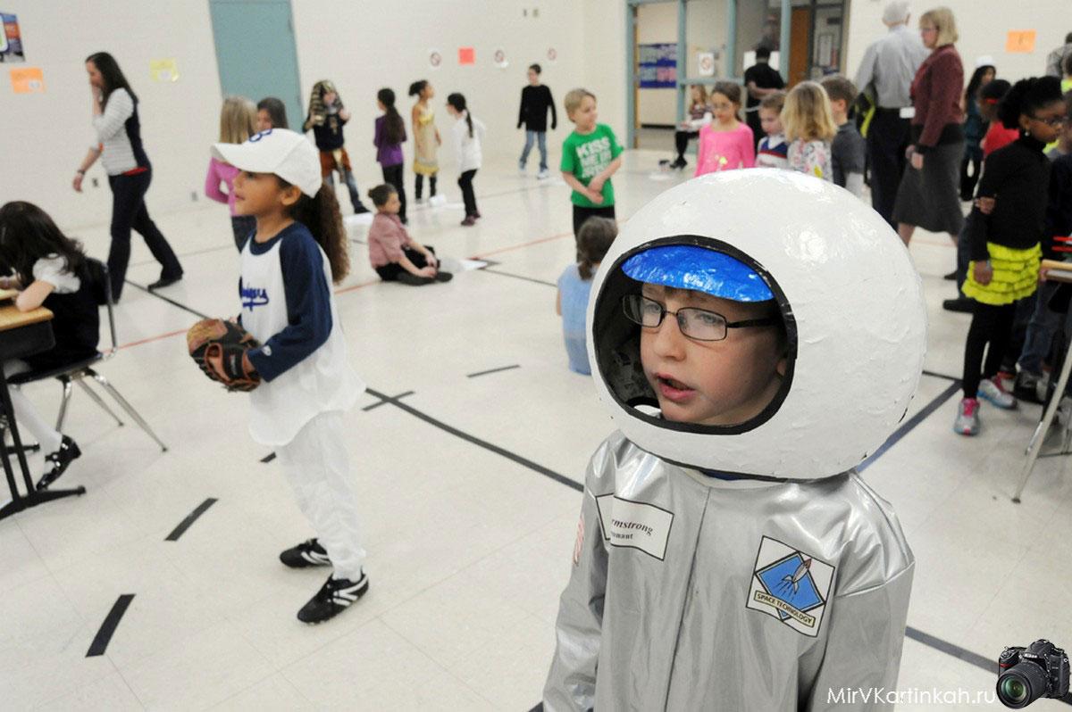 ребенок в костюме астронавта