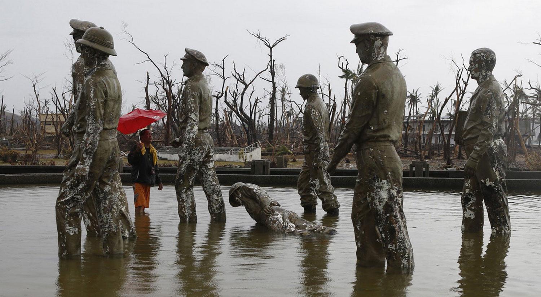 упавшая статуя