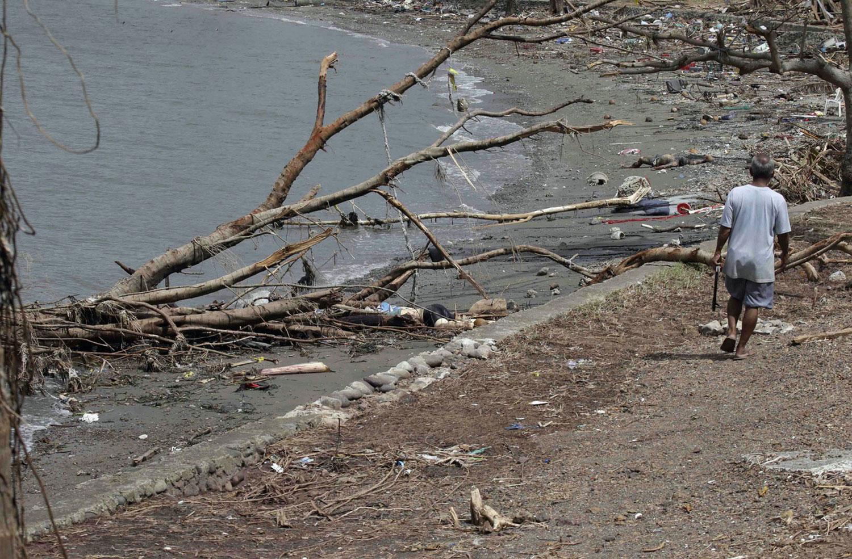 тело человека на берегу
