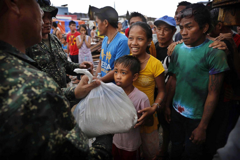 дети получают сумку с продуктами