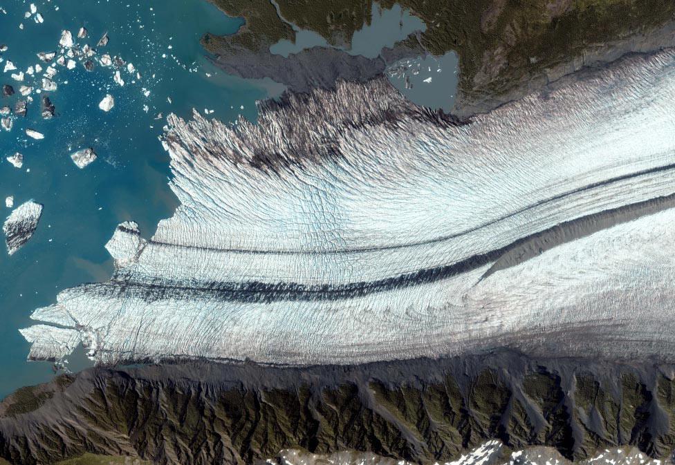 ледник вдоль залива Аляски, фото из космоса