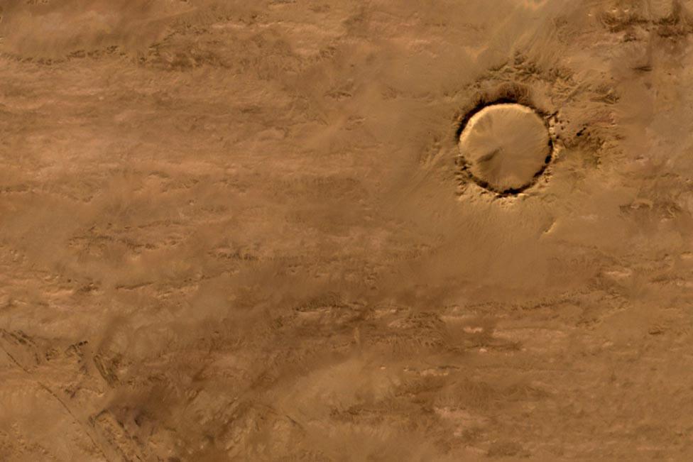 кратер в пустыне, фото из космоса