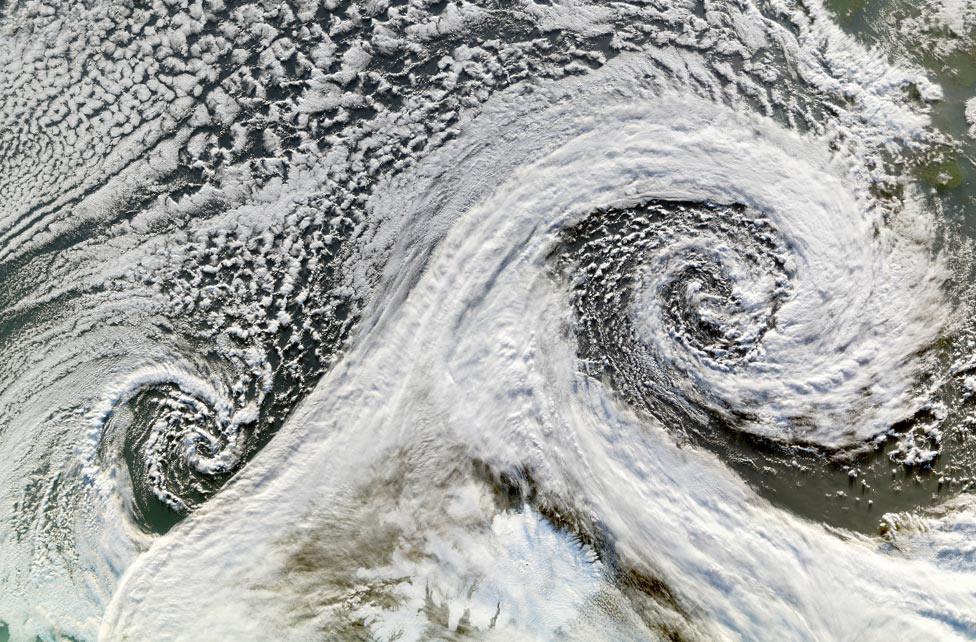 циклон над Исландией, фото из космоса