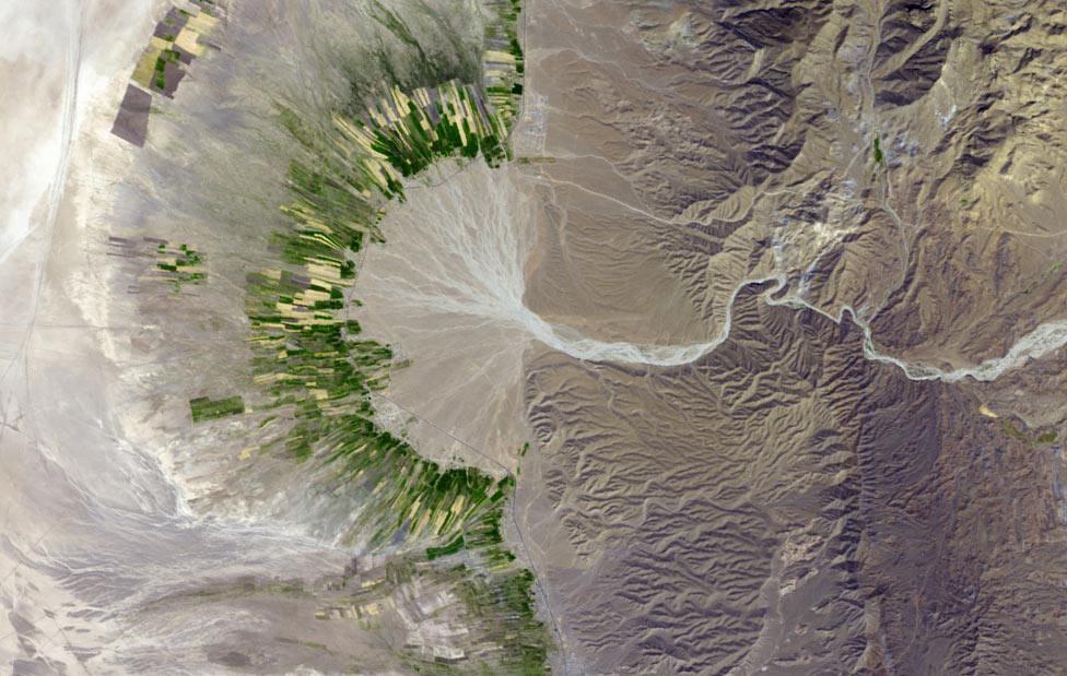 Высохшее русло реки в горах, фото из космоса