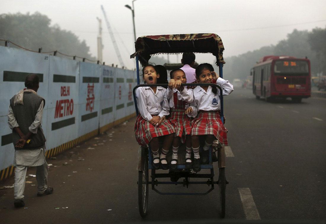 Рикша везет детей в школу, фото
