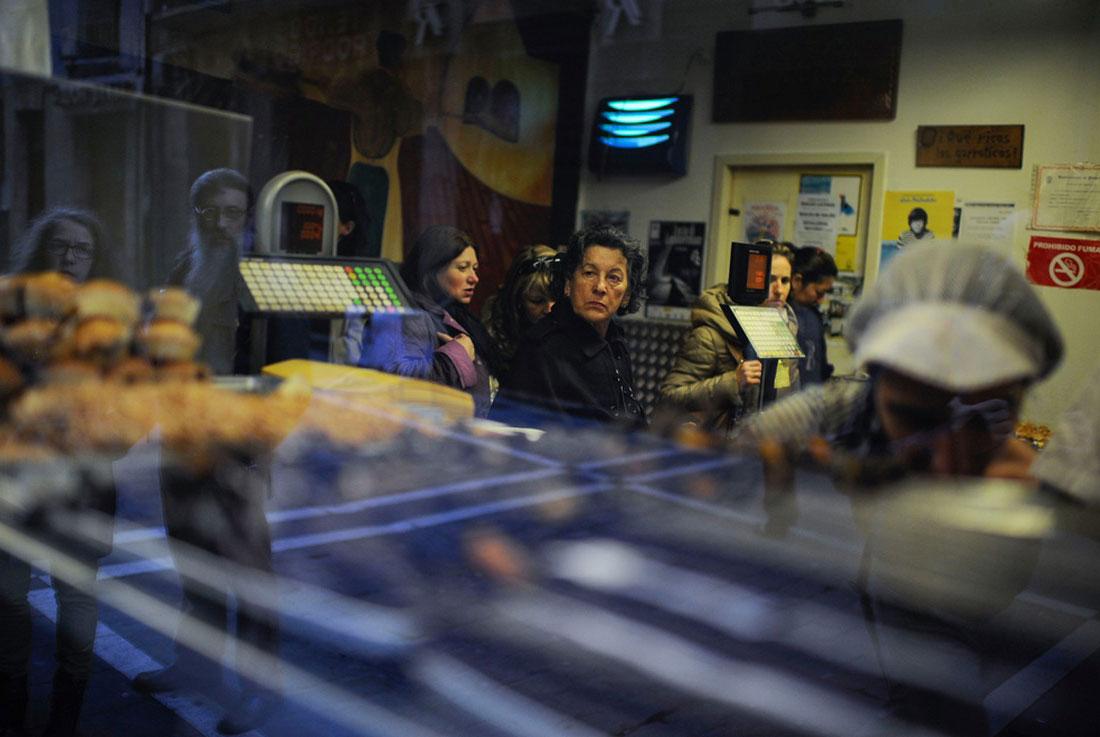 Люди в магазине в Памплоне, фото
