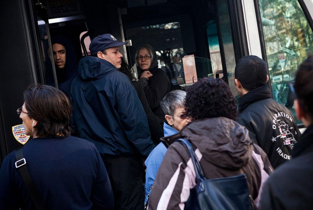 люди в автобусе в США, фото