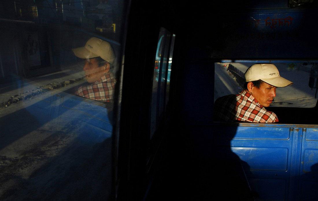Водитель общественного транспорта, фото из жизни людей