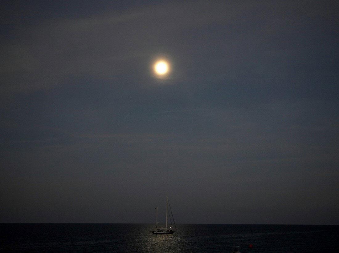 Корабль в море, фото
