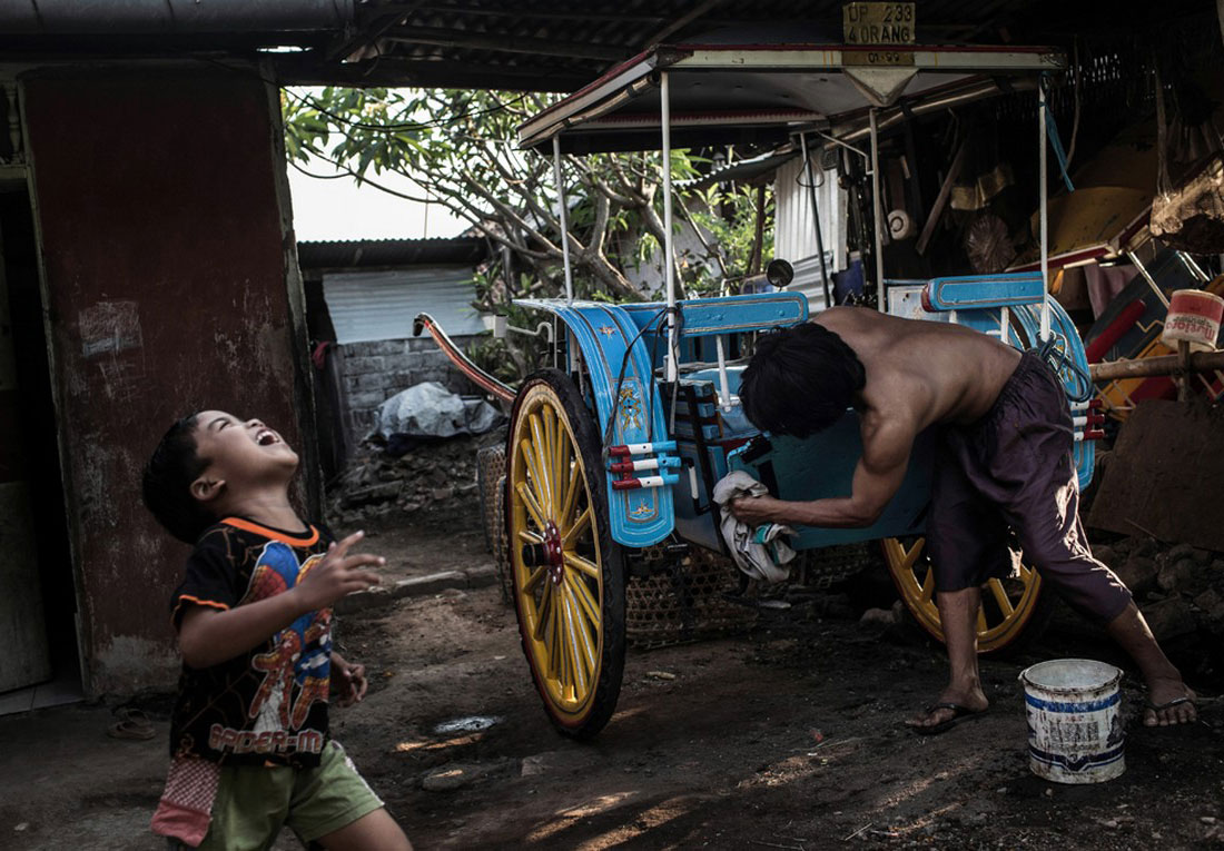 Соседский ребенок играет, фото