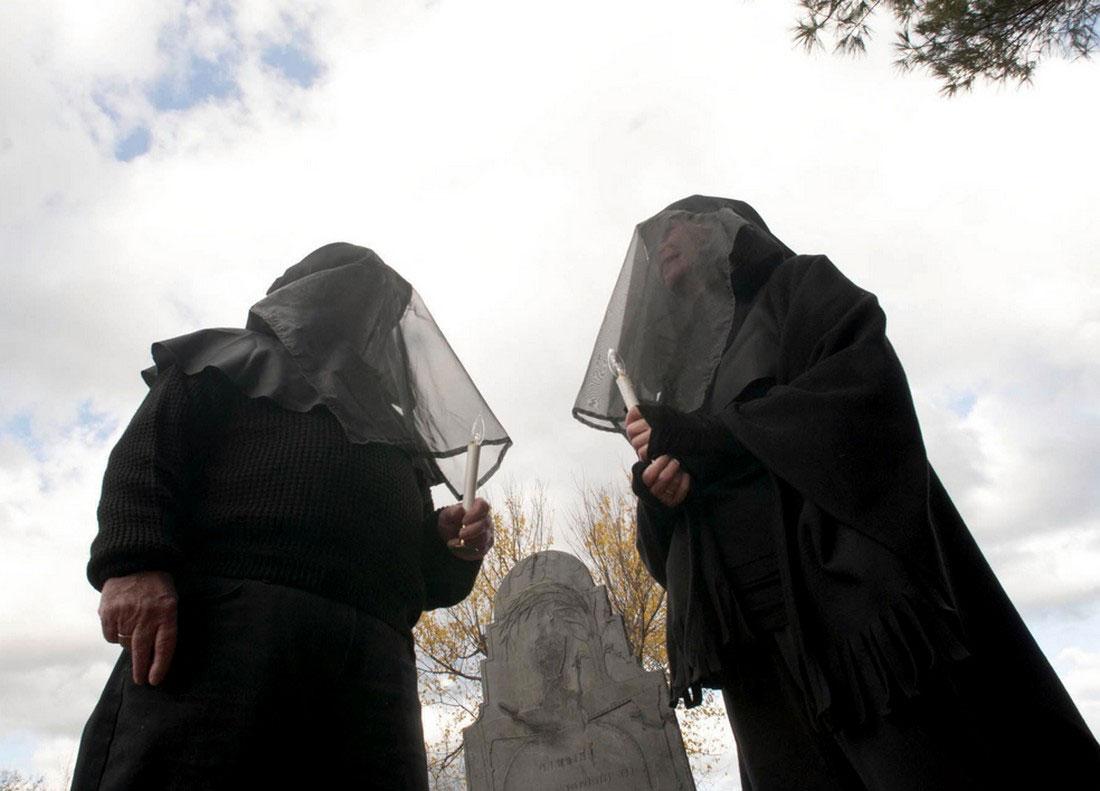 Женщины на старом кладбище, фото