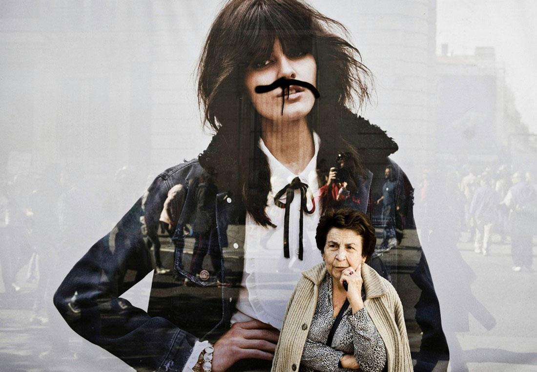 Женщина на фоне рекламного щита, фото