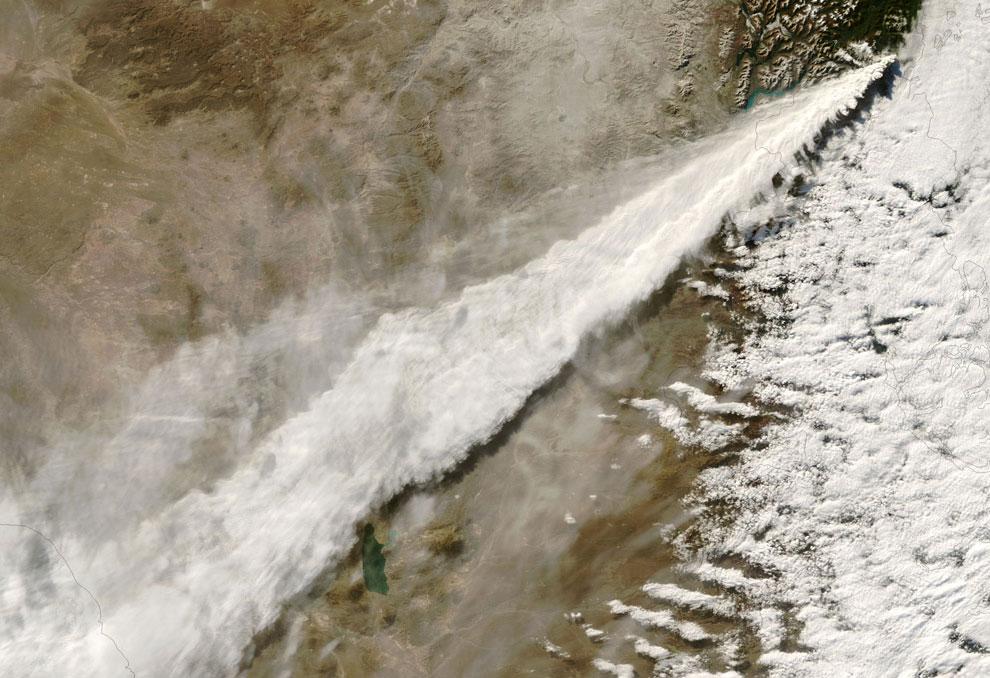 Вулканический пепел и пары
