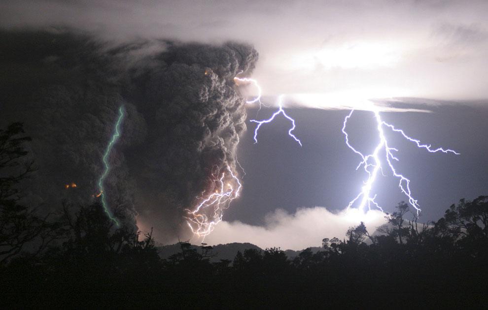 Молнии над вулканом