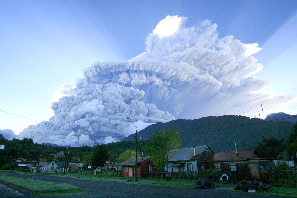Облако дыма и пепла от вулкана