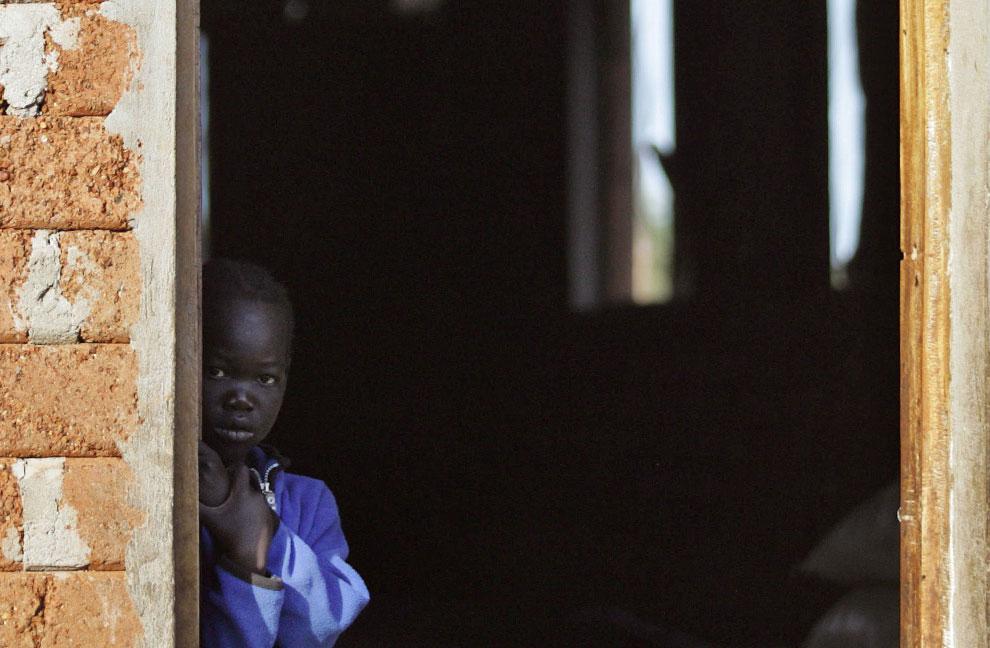 беженец стоит в дверях дома в Джуба