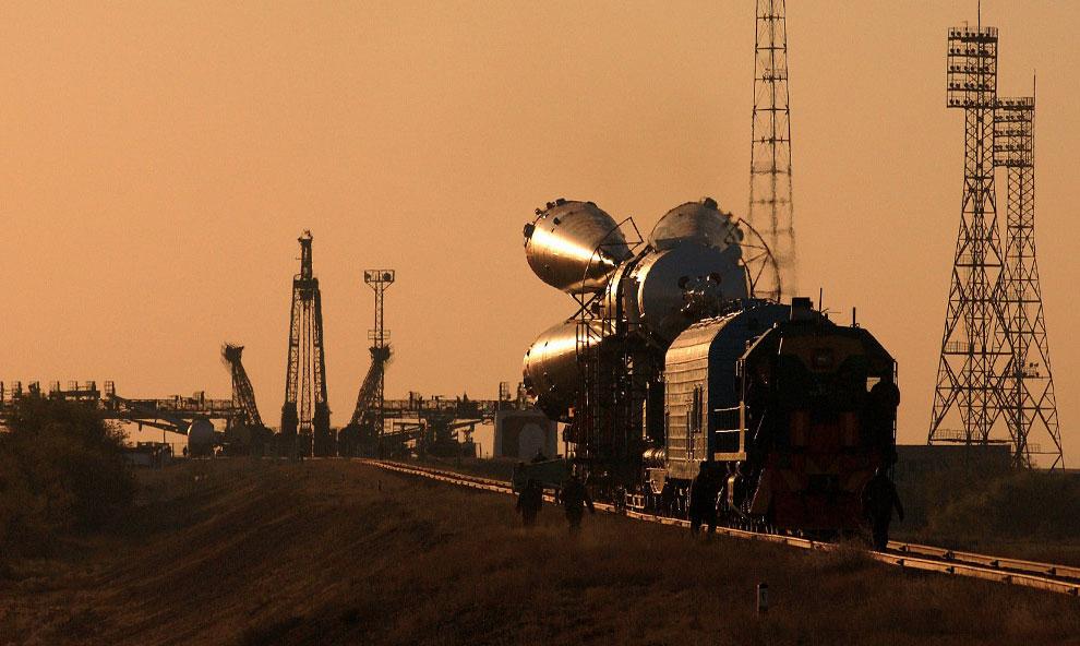 космический корабль Союз ТМА-3 перевозят по железной дороге, фото