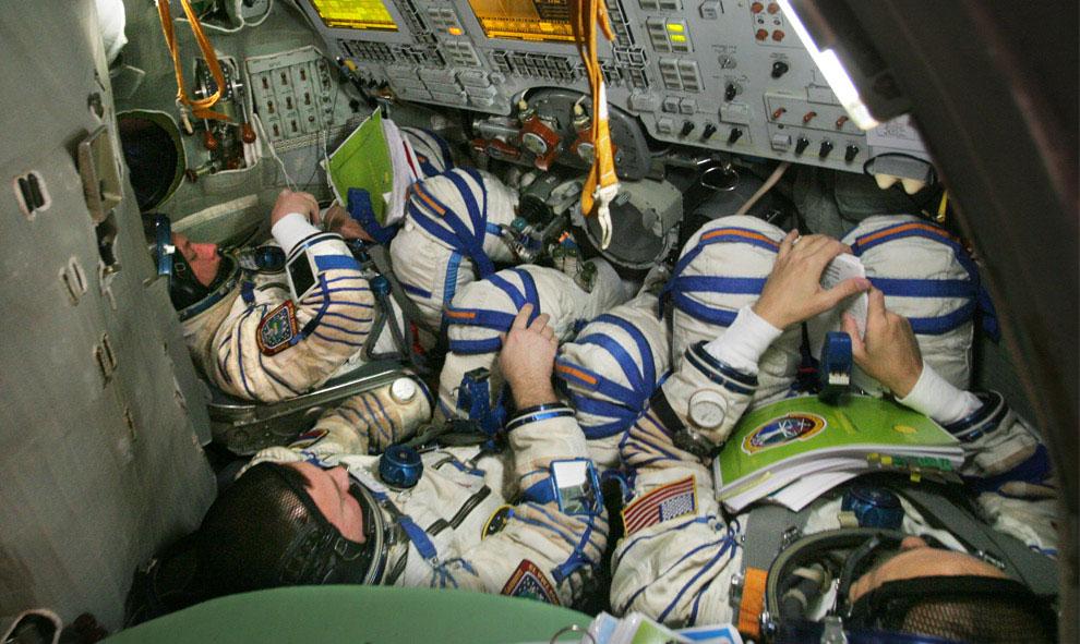 космонавты проходят практику внутри космического симулятора