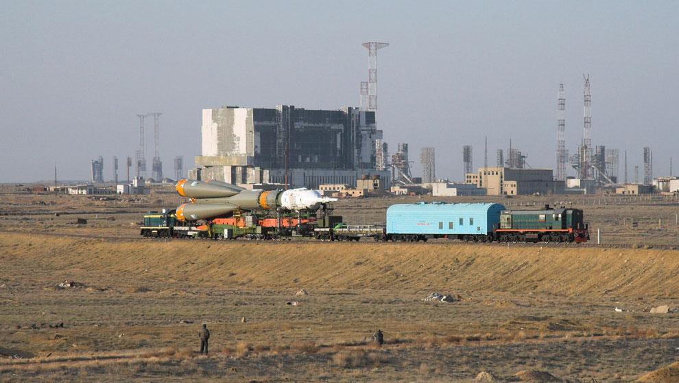 Союз ТМА-12 везут на стартовую площадку на космодроме Байконур, фото