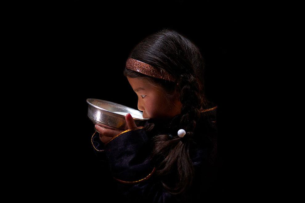 девушка пьет кумыс, фото