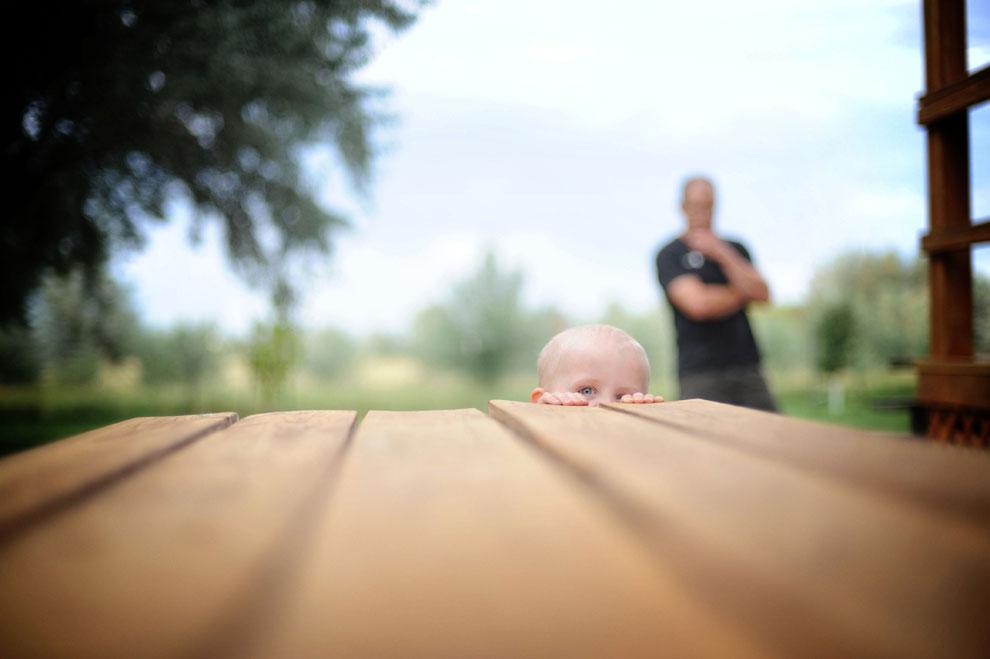 ребенок у стола, фото