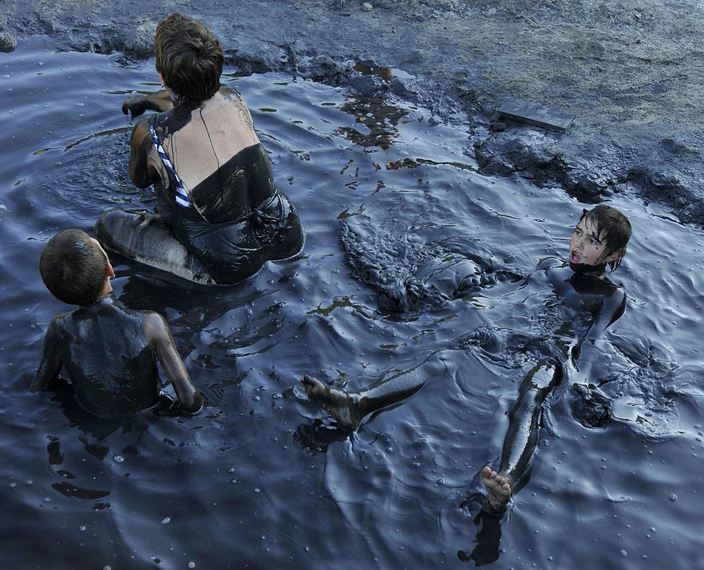 ванна из нефтяной лужи, фото
