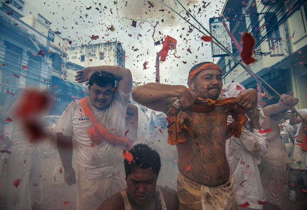 ритуал на праздновании в честь китайских богов на вегетарианском фестивале, фото